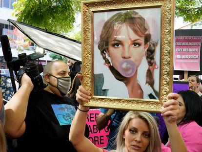 Una seguidora de Britney Spears lleva una foto de la cantante y manifiesta su apoyo en el tribunal de Los Ángeles, California, el 14 de julio de 2021.