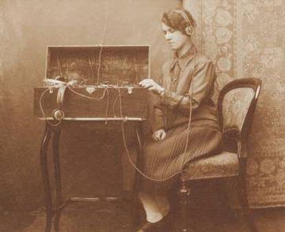 Telegrafista de comienzos del siglo XX manejando un transmisor morse.
