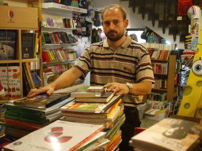 Víctor, socio y propietario de la librería El Pueblo.