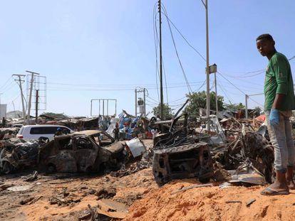 El lugar del atentado con un coche bomba este sábado en Mogadiscio, capital de Somalia. En vídeo, Al menos 76 muertos y 70 heridos al explotar un coche bomba en la capital somalí.