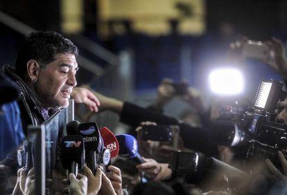 Diego Maradona habla con la prensa en la final de Copa Davis en Zagreb.