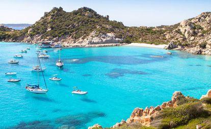 La playa de Cala Corsara, en la isla de Spargi (archipiélago de La Maddalena, Cerdeña, Italia).