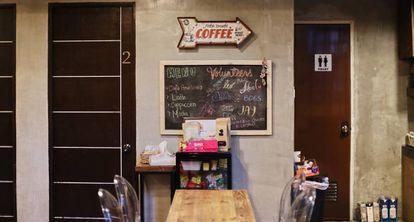 Una de las clínicas de Love Yourself. A la derecha, el café, a la izquierda, las consultas para tener más privacidad.