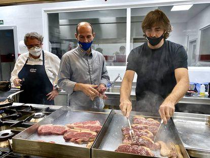Los cocineros Iñaki Gorrotxategui, Aurelian Catalin y JuanJo López en el Curso de verano Carnívoros. J:C:CAPEL