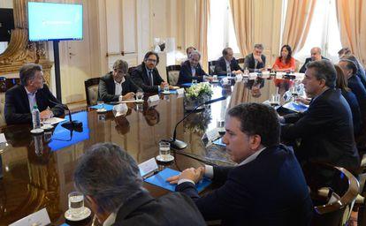 Mauricio Macri (izq.) en la última reunión de Gabinete de 2017.