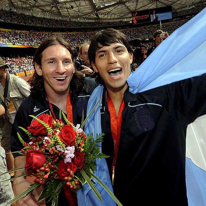 Leo Messi and Sergio Agüero, with the gold of the Beijing Olympic Games.