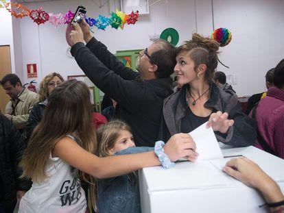 Una familia se hace un selfi mientras deposita su voto en una de las urnas de la escuela Proa de Barcelona, el 9 de noviembre de 2014.