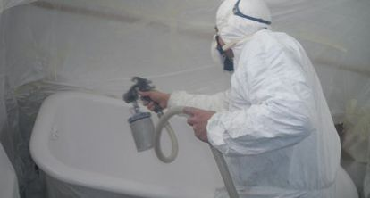 En la empresa Vilasmalt aplican la esmaltación con pistola aerográfica