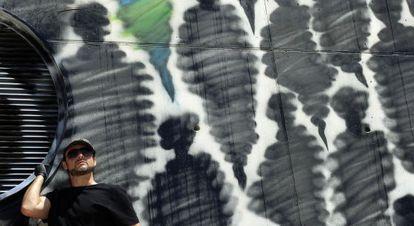 Suso33, durante la realización de una gigantesca obra mural en el pabellón 12 de Ifema dentro de los actos del Mulafest.