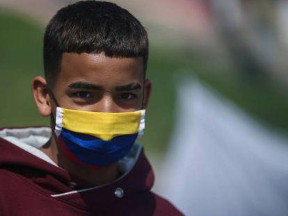 Un joven, con mascarilla, en Bogotá.