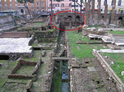 El yacimiento de Torre Argentina, en Roma. El círculo muestra el lugar donde se ha encontrado la losa que señala donde fue asesinado Julio César.