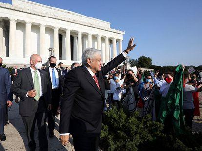 López Obrador saluda a sus simpatizantes en Washington durante su gira de julio pasado.