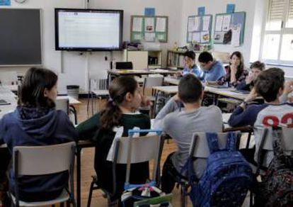 Un aula con tabletas y pizarra digital del colegio público Isabel la Católica de Madrid.