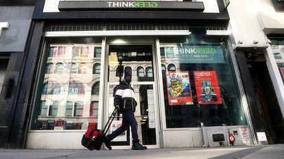 Un hombre camina junto a una tienda de GameStop en Nueva York, el viernes.