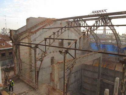 La estructura del antiguo frontón desnudada por las obras en los antiguos cines Madrid.