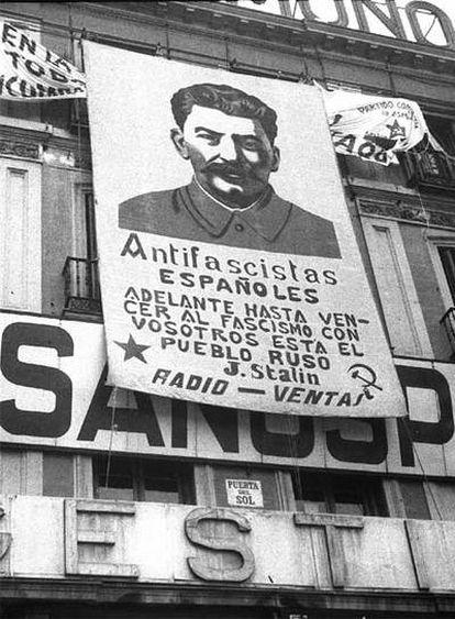 Cartel colocado en la madrileña Puerta del Sol durante la Guerra Civil, con el retrato de Stalin y unas frases atribuidas a él.