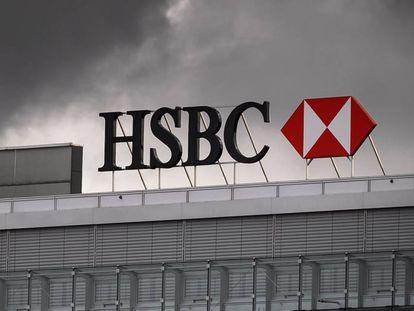Un logo del banco HSBC en Ginebra (Suiza).