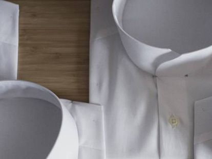 Camisas con diferentes cuellos de Otrura.