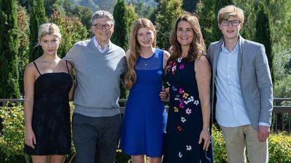 Bill y Melinda Gates con sus tres hijos, Phoebe, Jennifer y Rory, en noviembre de 2019.