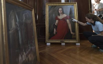 La obra Barón Gérard, rajada, al fondo. A la izquierda la pintura de Satasusagna de la boda de Muñoz Ramonet.