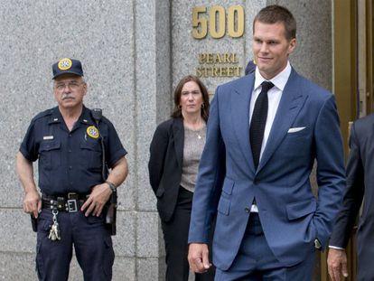 Tom Brady, a su salida hoy jueves de un juzgado de Nueva York.