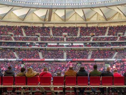 Aficionados del Atlético presencian un partido de Liga en el Metropolitano, esta temporada.