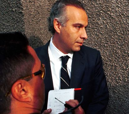 Juan Collado arriving at the Special Prosecutor for Money Laundering Crimes of the Attorney General's Office in 2003.