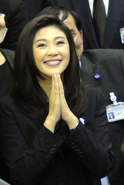 Shinawatra saluda en el Parlamento tras su elección.