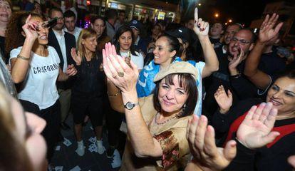 La nueva alcaldesa de Beit Shemesh, Aliza Bloch, celebra la victoria en las urnas con sus partidarios.