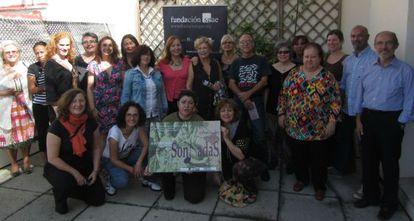 Varias componentes del colectivo Dones en Art con directivos de la SGAE.