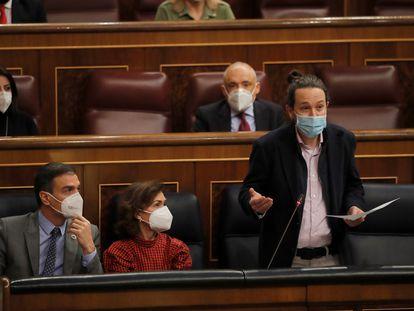 El presidente del Gobierno, Pedro Sánchez, la vicepresidenta primera, Carmen Calvo, y el vicepresidente segundo, Pablo Iglesias, durante la sesión de control celebrada el pasado miércoles en el Congreso de los Diputados.