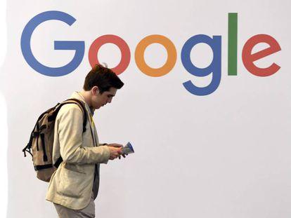 Logo de Google en la feria tecnológica en París, Francia