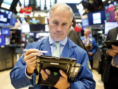 Corredores bursátiles en la Bolsa de Nueva York (Estados Unidos).