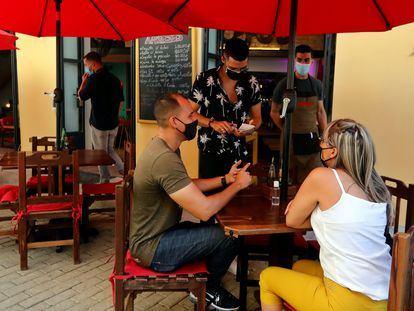 Una pareja, atendida en un restaurante en La Habana (Cuba).
