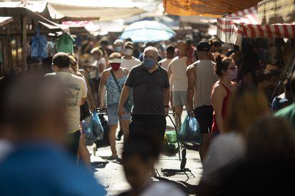 Un hombre camina en un mercado de Río de Janeiro, el pasado 13 de junio.