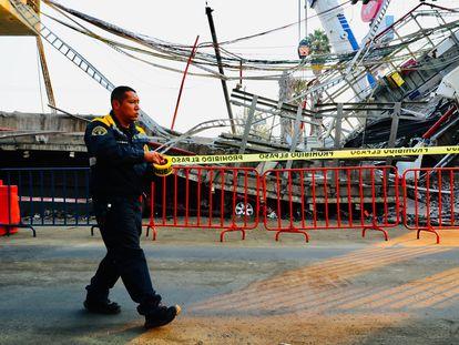 Un policía resguarda el lugar donde colapso un vagón del metro el pasado lunes en la noche, en Ciudad de México.