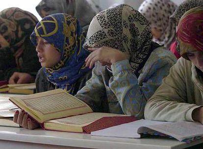 Niñas turcas recitan versículos del Corán durante una clase en la mezquita del municipio de Batman.