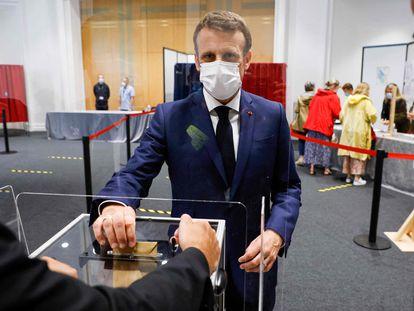El presidente francés, Emmanuel Macron, vota este domingo en la segunda vuelta de las regionales en la población costera de Le Touquet.