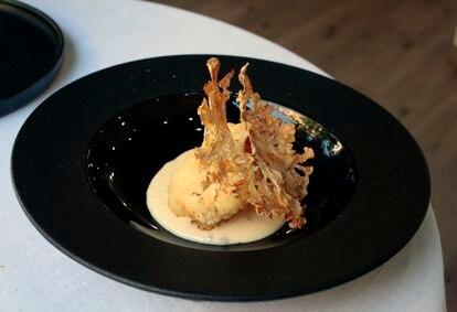 Coliflor calagurritana guisada en mantequilla noisette, bechamel ahumada con caviar de esturión y su crujiente.