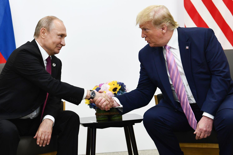 Vladímir Putin y Donald Trump en una reunión durante la cumbre del G20 en junio de 2019 en Osaka.