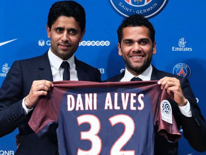 Alves, derecha, y el presidente del PSG, Al-Khelaifi.