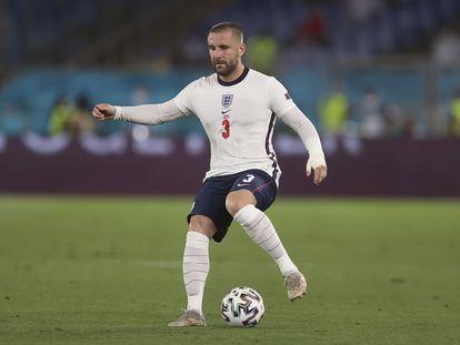 El lateral izquierdo inglés, Luke Shaw, con el balón en el partido de octavos de final ante Ucrania en el estadio Olímpico de Roma.