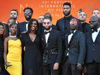 Ladj Ly (en segundo plano con las gafas de sol puestas), posa con los actores de 'Los miserables', en mayo en Cannes.