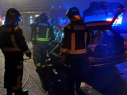 Los bomberos auxilian este domingo a los afectados por un choque frontal en la A-5 a la altura de Móstoles (Madrid).
