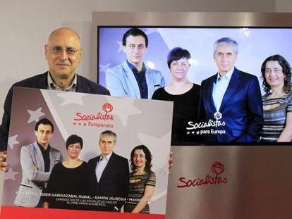 Rodolfo Ares sostiene el cartel de los candidatos vascos en las listas del PSOE al Parlamento europeo.