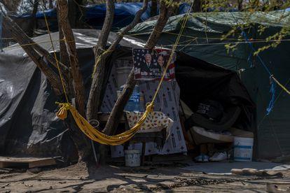 Un letrero en apoyo a Joe Biden y Kamala Harris cuelga de una de las pequeñas carpas en el interior del campamento.