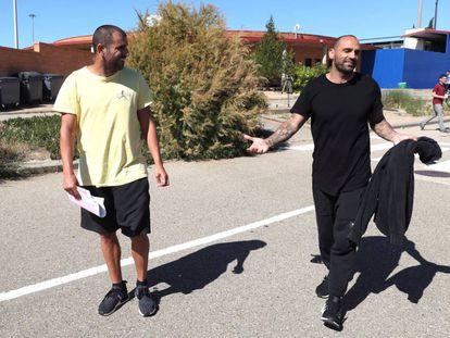 Los ex futbolistas Carlos Aranda (i) y Raúl Bravo abandonan el 31 de mayo la prisión de Zuera (Zaragoza) tras abonar la fianza