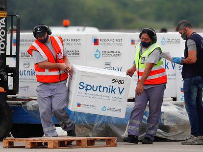 Descarga de cajas con vacunas Sputnik V en el Aeropuerto Internacional Ezeiza, en Buenos Aires (Argentina), el 28 de enero.