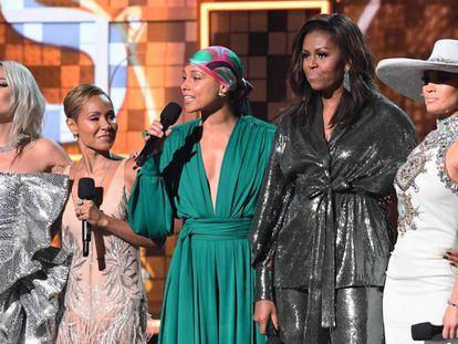 De izquierda a derecha, Lady Gaga, Jada Pinkett-Smith, Alicia Keys, Michelle Obama y Jennifer Lopez, en los Grammy. En vídeo, los mejores momentos de la gala.