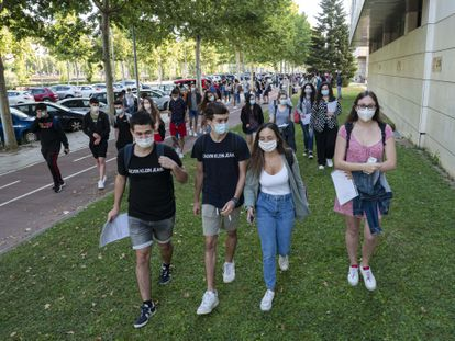 Estudiantes a punto de iniciar los exámenes de Selectividad en Lleida, el pasado 7 de julio.